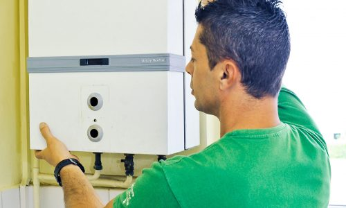 Technicien réparant une chaudière