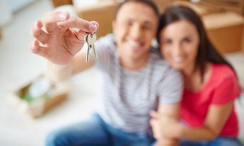 Image d'un couple avec des clés de maison