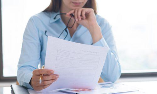 Image d'une femme tenant une feuille dans une main